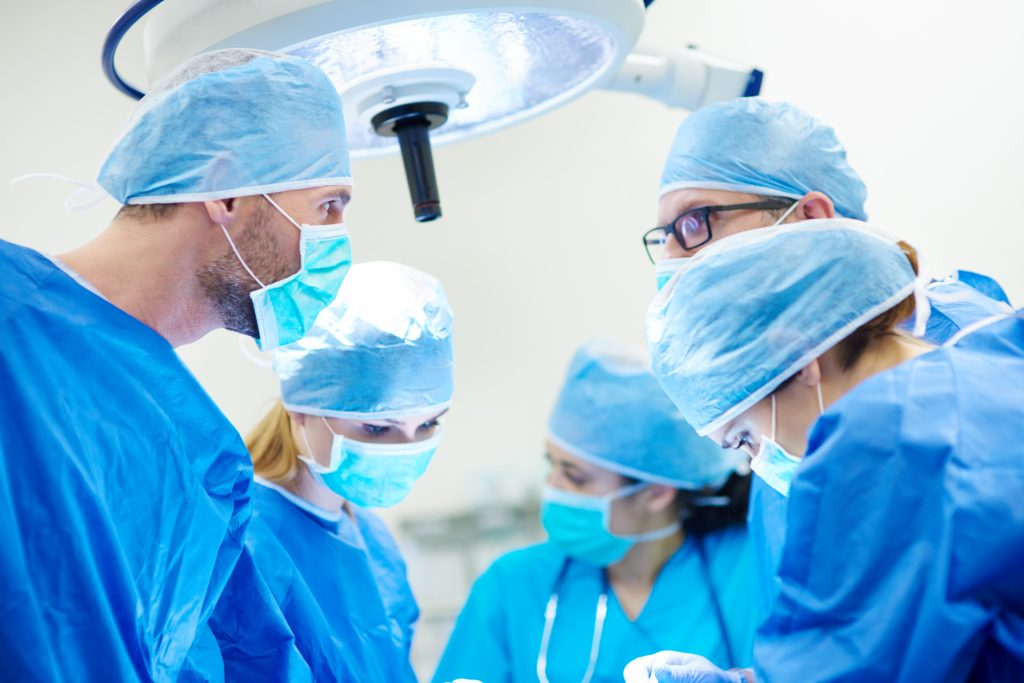 Discussion of surgeons over an operation